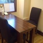 サンリンシャ - 入口にある4名様テーブルです。仲のいいお友達とならテーブルを横向きにして6名様まで対応できます。(ギュっとしますが(笑))