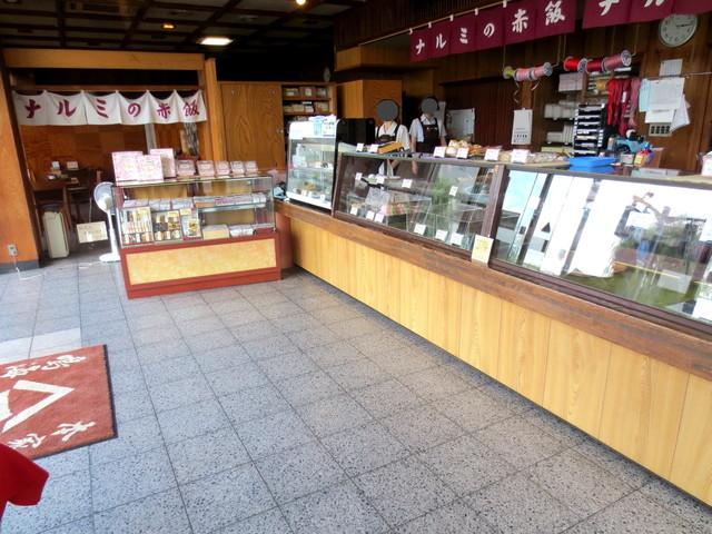 鳴海餅 本店  - 広い店内。