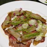 シュングルマン - ヅケ仕立ての短角牛カルパッチョ 新ゴボーのコンソメ含め煮と辛味大根