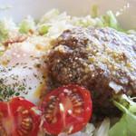 ちりきら☆ROOM - ハワイのファストフード的な丼・ロコモコ。                             白ご飯の上にハンバーグと目玉焼きが乗ってます。                             ハンバーグの周りには、キャベツの粗みじん切りにドレッシングがかけられたもの。