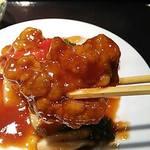 28560192 - 酢豚ランチ(メインの酢豚・サラダ・スープ・ライス・お漬もの・小鉢の全部で6品も付いて1,000円のお得なランチ)