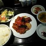 28560282 - 酢豚ランチ(メインの酢豚・サラダ・スープ・ライス・お漬もの・小鉢の全部で6品も付いて1,000円のお得なランチ)
