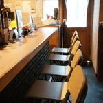 TATSU - 奥のテーブルから見た、カウンターと入り口