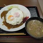 浜松屋食堂 - 目玉焼きカレーライス+豚汁