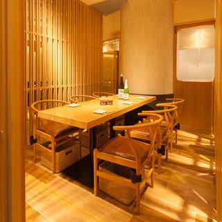 木の温もりや自然色テーブル、インテリアが魅力の和食ダイニング