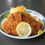成田屋牛焼肉とんかつ - 料理写真:たっぷりのボリューム・・・あつあつジューシーのロースとんかつ。
