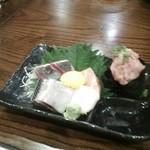 紋次郎 - 料理写真:刺身はネギトロ、カンパチ、サーモンと鰯です♪