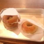 ぽぽぽべーぐる - 黒糖ベーグルサンド(クリームチーズ、さつまいもペースト)オニオンベーグル