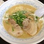 鴨町らーめん - 初鴨町ラーメン。豚骨醤油にストレートの細麺で普通に美味しいラーメンでした❗️