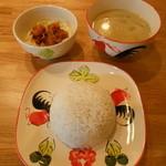 ニランカフェ - 鶏肉のグリーンカレーとサラダ(ゲーンキアオワーンセット 830円)