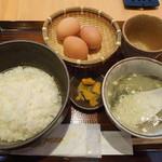 28582682 - 卵が3つもついた卵かけ丼、テールスープとお新香もついています