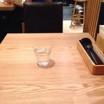 あんぷく - テーブル席は、シンプルで清潔感がある