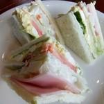 ハーバーズカフェ - ハムとサラダのサンド(1ブロック食べてしまいました)