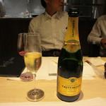 28593487 - お祝いごとの2次会だったんで先ずは泡系のシャンパン、テタンジェで乾杯です。