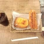 タローパン - ソーセージドッグとリンゴの菓子パン