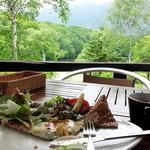鏡池どんぐりハウス - テラス席でのお食事はゆっくりできます。