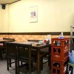 中華料理 ポパイ - カウンター席の他、奥にはテーブル席があります。