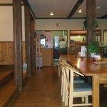 レストランホワイト キッチン - 環境に配慮したペレットストーブを使用