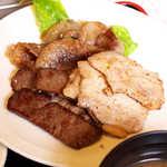 28600738 - おそらく牛ロース、豚カルビ、牛バラ肉(?)の三種盛りと思われる