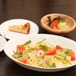 チーズケーキ CAFE MAGY - 夏の定番冷製パスタ:柑橘系の風味とシーフードが抜群の調和を引き出しています。