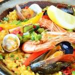 バル・イスパニヤ - スペインを 代表する世界的に人気の料理の一つパエリヤ!!バルイスパニアの名物でもあるので足を運んで頂いた際には是非!!