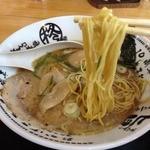 柊 - 味玉とんこつ醤油らーめん(880円)麵リフト