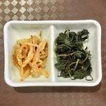 SHU - バジル香る豚肉炒め 980円 のもやしナムルと惣菜