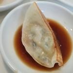 中華料理 頂 - 焼きギョウザの皮からゎ具材が透けて見えておいしそ~(^^)