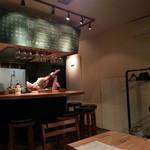 クレイジーピッグス - U字カウンターとテーブル。