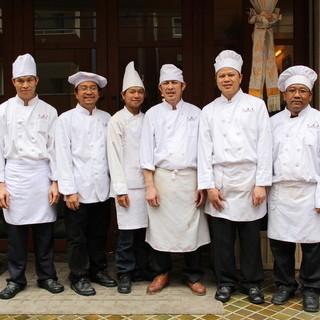 1000のレシピを集め、世界中で活躍したタイ人コックが集結!