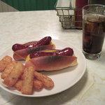 バンズ・ダイナー - チーズドックとコーラ