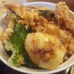 28636229 - 「半熟玉子天丼」630円  半熟玉子の他に、海老・しその葉・サツマイモ・茄子・イカが入っていました。