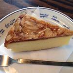 喫茶ぶーげん - こちらでは、ズバリ!アーモンドケーキでしょう。ケーキセットとして、質量共に満足の750円。