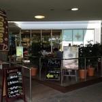 28646957 - 野田阪神ウイステにある喫茶店「CAFE TERRACE FRu ful! 野田阪神店」。ウッドデッキにはペット同伴も可能です。