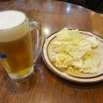 28647044 - 生ビールとお通しのキャベツ