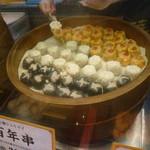 28650012 - 「食べくらべ串」のシュウマイを串に指してくれています