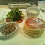 28651343 - お肉とサラダのパンケーキ