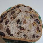 BREAD JUNCTION - ドライフルーツたっぷりのライ麦パン(ハーフ)240円、レーズン、くるみ、いちぢく、オレンジピールが入ったライ麦パンです。