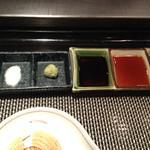 meindaininguitozakura - 肉のたれと塩、1番左はイギリスの塩!