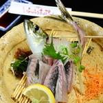 居酒屋 ぶらぶらある記 - 目で見ても楽しめる美しい盛り付け『活きあじ刺身』  店内の生簀で泳ぐ鯵をその場で調理。日本酒や焼酎の肴としても相性が抜群です。