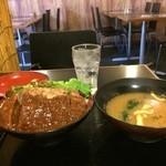 鉄板肉酒場 二代目亀田精肉店 - どでかハンバーグ丼、味噌汁つき