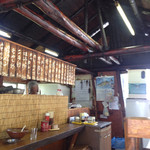 28662624 - 煤けた天井の梁が歴史を物語ります。
