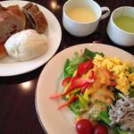 Brasserie & Cafe Le Sud - サラダ、ぱん、スープ4種は食べ放題!ドリンクもフリーです