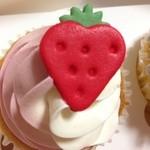 ロンドン カップケーキ - ストロベリーツウィスト 370円