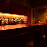 Bar 甑 - オールウッドの店内 一本板のカウンターでゆっくりお楽しみください