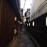 新三浦 - この細い路地の奥に玄関が