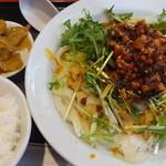 聚中縁餃子 - 冷やし麻辣刀削麺:880円