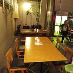 CAFE PARK - テラスのテーブルはエントランス