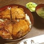 助六 - 料理写真:ロース豚丼☆ 豚丼専門店じゃないけど、美味しい豚丼でした(。´ω`。) 厚切りのロース肉が2枚もあってボリューム感いっぱいです‼︎