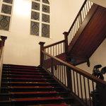 綱町三井倶楽部 - 2Fへの階段